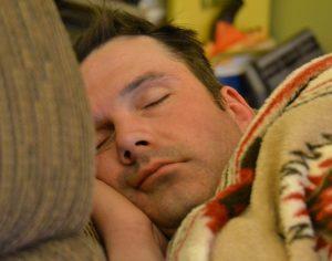 Mąż śpi po nocnej zmianie – czy żona może zmienić godziny pracy?